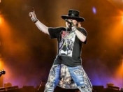 Un fantasma toca con axl rose november rain