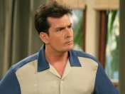 16 Frases graciosas de Charlie Harper en Two and a Half Men